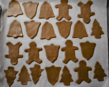 Cut out gingerbread cookies in the baking tray