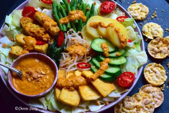 Gadao gado salad served with spicy peanut sauce and crackers