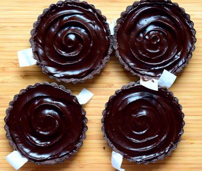 Tarts crust filled with raspberry jam and avocado chocolate mousse